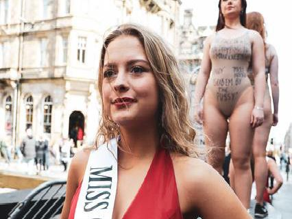 Police called in as students promote anti-Trump Fringe show on Edinburgh's Royal Mile