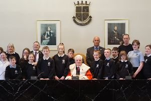 Provost Billy Buchanan welcomes pupils from Laurieston Primary School to Falkirk Council
