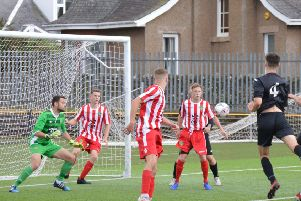Rossvale put the Largs defence under pressure (pic: HT Photography/@dibsy_)