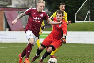 Darren Smith gets past Ormiston keeper Beveridge but can't find the net (pic Alan Murray)
