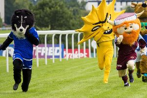 Dougie the Doonhamer sprints ahead of the field with Kingsley in a menacing mood. Picture: SNS/Bill Murray