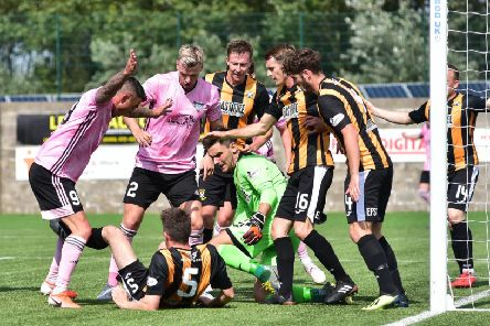SCOTTISH LEAGUE ONE'EAST FIFE V PETERHEAD''PETERHEAD PLAYERS CROWD THE BOX LOOKING FOR AN OPENING