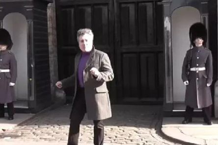 The male tourist dances in comic fashion before a Scots guardsmen makes him think again. (Photo: lokirna md45/YouTube)