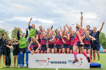 Scotland celebrate after lifting the EuroHockey Championship II trophy (pic by Duncolm Photography)