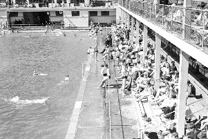 Burntisland open air swimming pool and links in background.'Holidaymakers enjoy the sun.