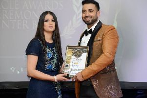 Amna Farooq receiving her award from the singer Aidan Mufti at the Oracle Awards 2018